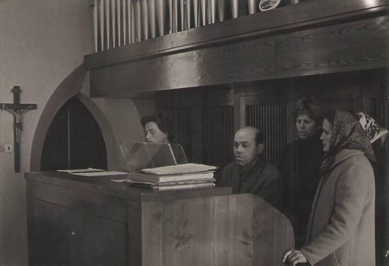 varhaník a zpěvačky